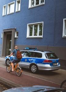Fahrt auf Bürgersteig - ohne Blaulicht (Foto: Paul Hense)