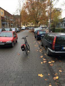 Sie behindern die Autos!!